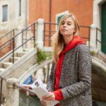 街中のコートを着た女性