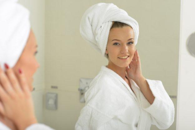 お風呂上がりにタオルを頭に巻く女性