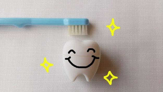 白く輝く歯と歯ブラシ