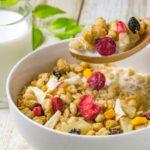 グラノーラとミルクの健康的な朝食