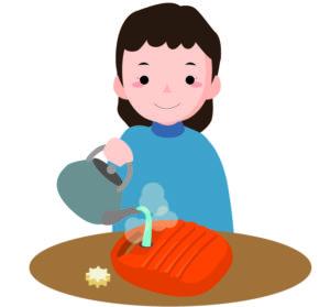 湯たんぽにお湯を注ぐ女性