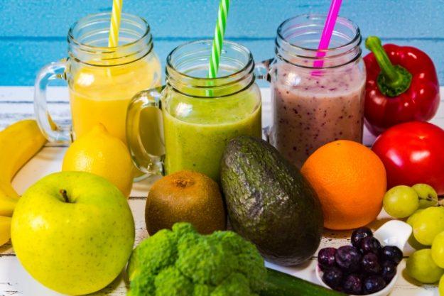 色鮮やかな野菜フルーツとグリーンスムージー